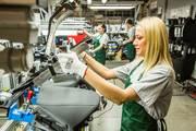 Рабочие на Завод по Производству Автодеталей в Польше