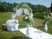 Оформление свадебного зала шарами,  цветами,  текстилем.